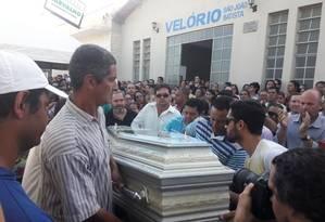 O corpo da professora Helley Abreu Batista é velado em cemitário deJanaúba (MG) Foto: Sérgio Roxo