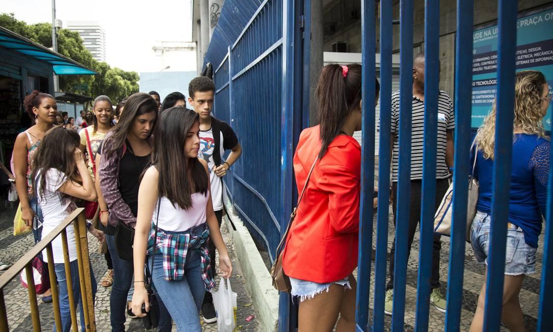 Estudantes chegam para o Enem de 2016 Foto: Mônica Imbuzeiro/04-12-2016