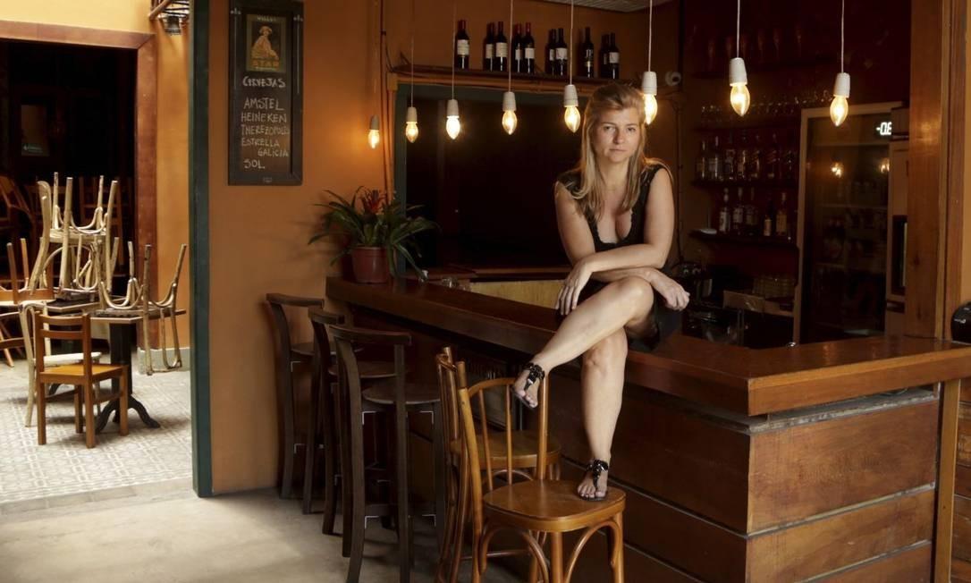 """Fim de uma história. Aline Bufato, dona do Semente, que deixa de funcionar hoje: """"Chegamos ao limite. É desagradável andar pela Lapa"""" Foto: Gabriel de Paiva / Agência O Globo"""