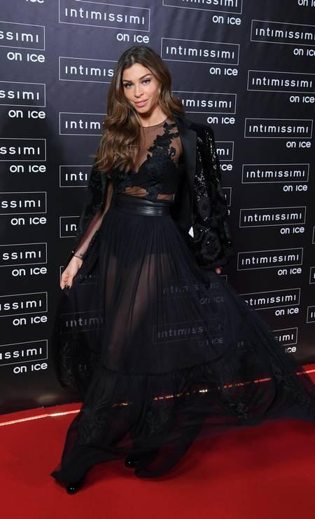 Grazi cruzou o tapete vermelho do evento com um vestido preto repleto de transparência Foto: Divulgação / Daniele Venturelli