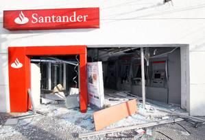 Bandidos explodem caixas eletrônicos em Ramos Foto: Paulo Nicolella / Agência O Globo