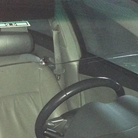 A marca do tiro no parabrisa do carro do empresário Foto: Arquivo pessoal