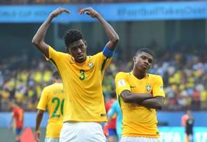 Vitão e Lincoln comemoram o primeiro gol do Brasil Foto: MANJUNATH KIRAN / AFP