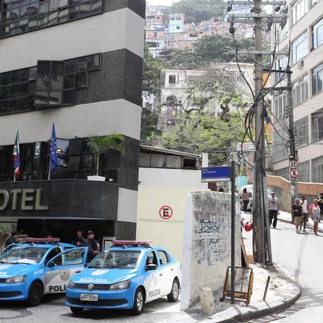 Policiamento reforçado no acesso ao morro neste sábado Foto: Guilherme Pinto / Agência O Globo