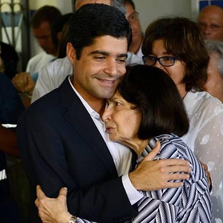O prefeito de Salvador, ACM Neto, ao lado da avó, Arlette Magalhães Foto: Reprodução / Twitter