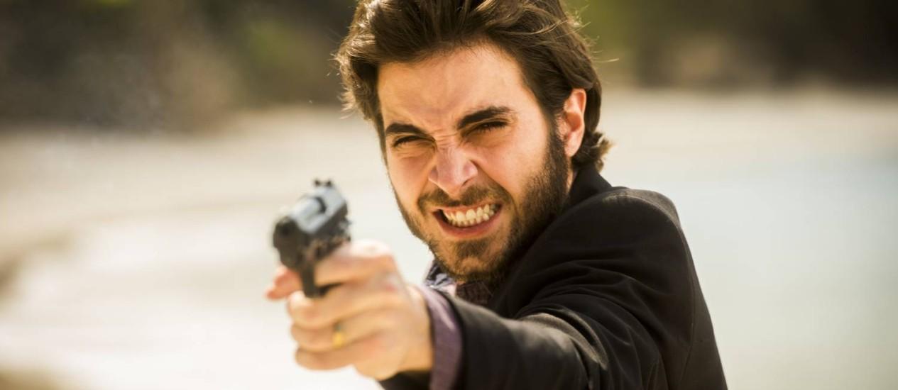 Ruy (Fiuk) aponta a arma para Zeca (Marco Pigossi): recorde de audiência Foto: Divulgação/Globo/João Miguel Júnior