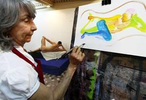 Aluno do curso de modelo vivo, Aracy Gardel pinta imagem de homem nu Foto: Paulo Nicolella / Agência O Globo
