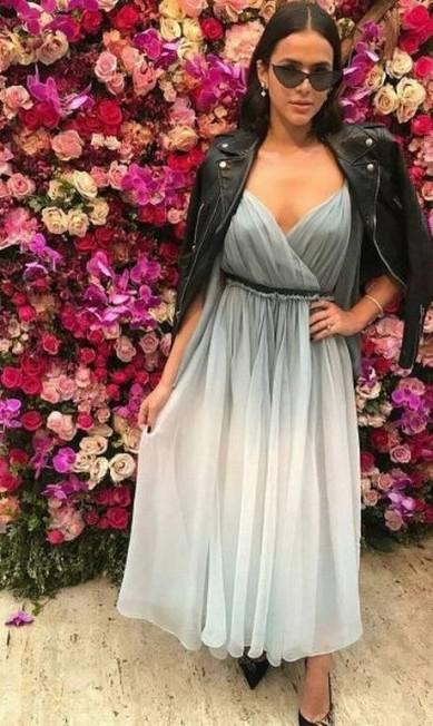 Bruna Marquezine também ousou no dress code: o vestido Dior foi combinado com uma jaqueta de couro e óculos retrô Reprodução Instagram