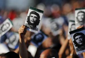 """Com fotografias nas mãos, cubanos homenageiam Ernesto """"Che"""" Guevara Foto: Desmond Boylan / AP"""
