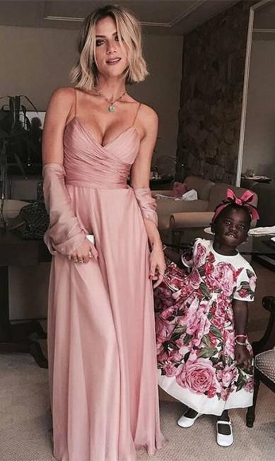A madrinha Giovanna Ewbank vestiu um Carlos Miele com joias Beatriz Werebe. Já Titi, que foi daminha, entrou na igreja de Dolce & Gabbana Reprodução Instagram