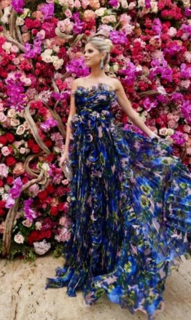 A blogueira Lala Rudge quase brincou de camuflagem com as flores da decoração do casamento. O modelo é Gucci Reprodução Instagram
