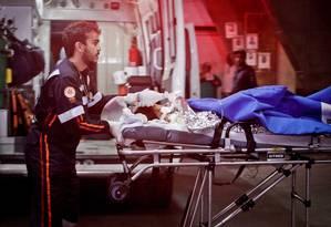 Paramédicos transportam vítimas do incêndio na creche em Janaúba, no interior de Minas Gerais Foto: Lincon Zarbietti/ O Tempo / Agência O Globo