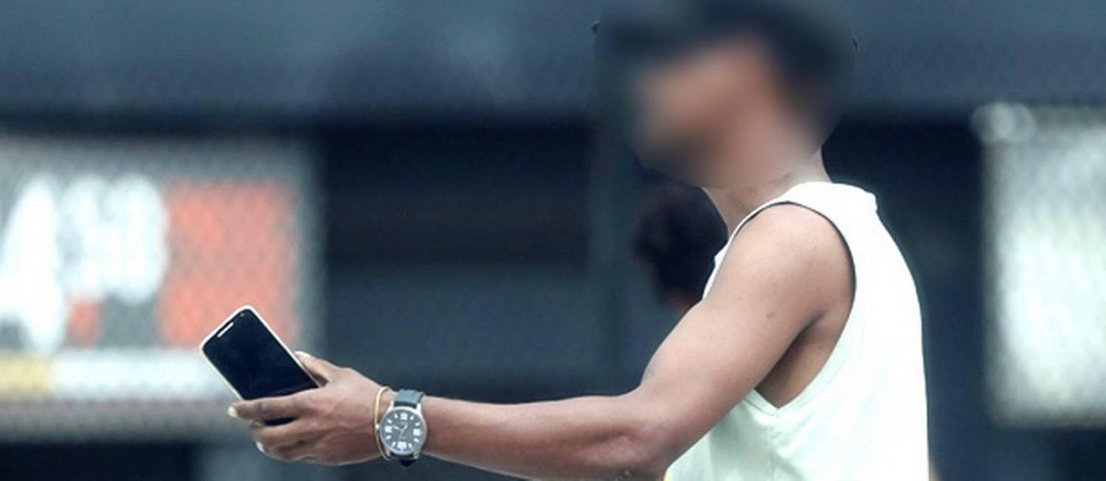 Homem chama outro para entregar o celular roubado Foto: Domingos Peixoto / Agência O Globo