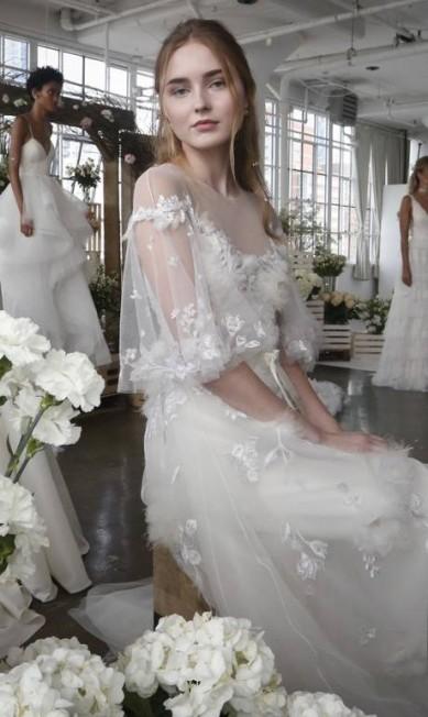 1) CAPAS: em vez de véu, as capas surgiram para complementar o look das noivas, como mostra este modelito Marchesa Bebeto Matthews / AP