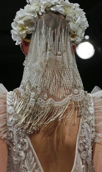 Detalhe do véu canutilhos de Naeem Khan Bebeto Matthews / AP