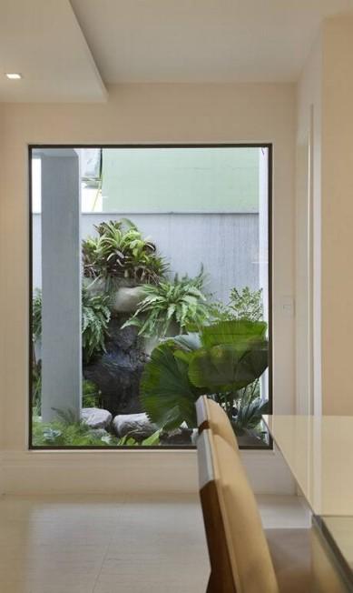 As amplas janelas permitem a entrada de luz natural Divulgação
