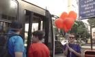 Urbanista distribui balões em forma de coração para passageiros de ônibus Foto: Reprodução