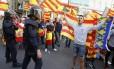 Manifestantes tentam impedir protesto pró-Catalunha em Valencia