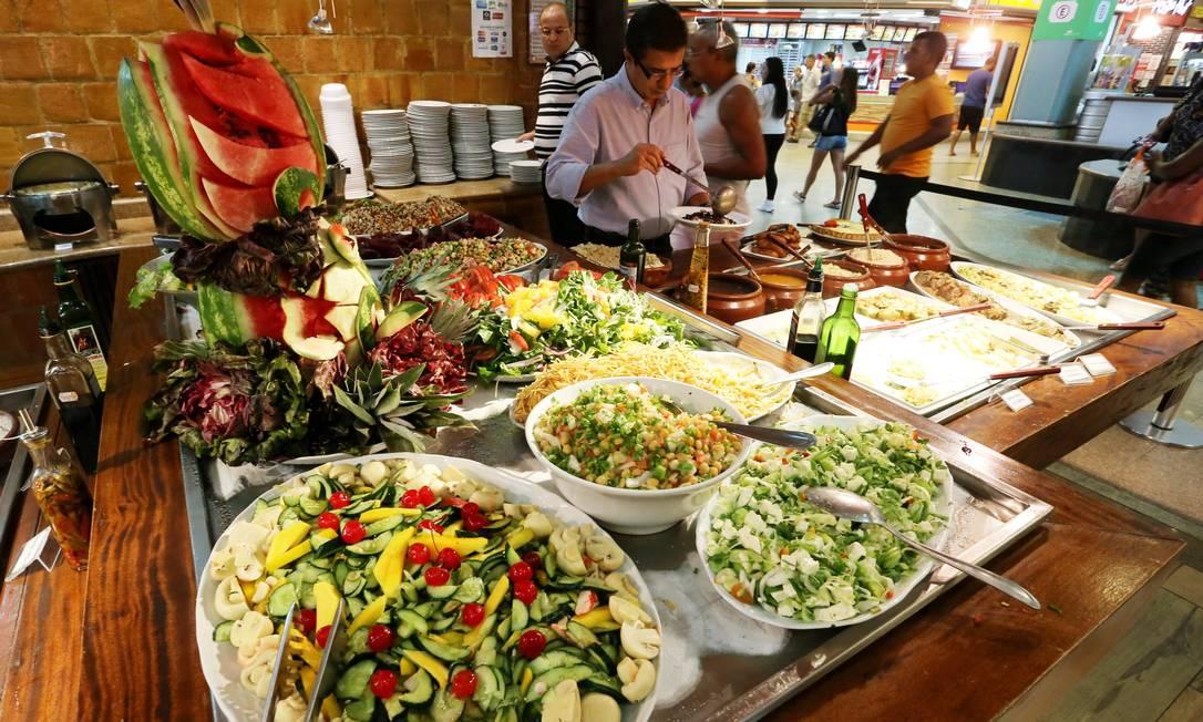 De cada dez restaurantes, seis adotam o sistema de self-service Foto: Guilherme Pinto / Agência O Globo