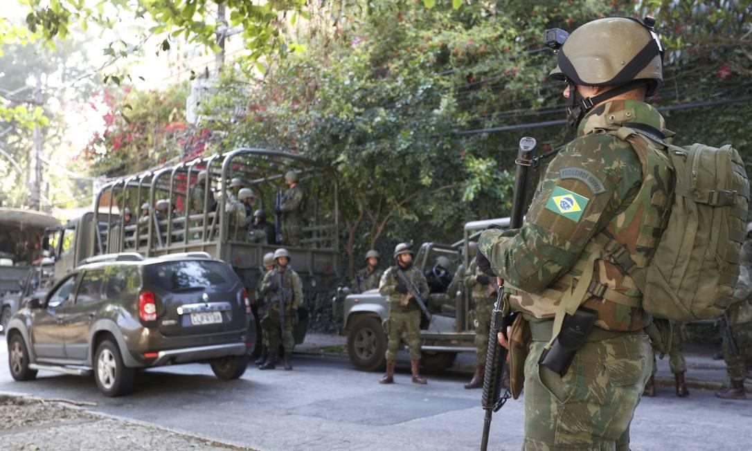 O CML explica que estão sendo procurados armamentos, munição, explosivos, todos esses materiais que estão sendo usado pelas facções criminosas na região da Rocinha Foto: Fabio Guimarães / Agência O Globo