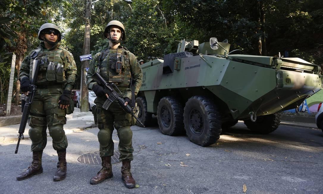 Soldados e blindados empregados na operação Fábio Guimarães / Agência O Globo