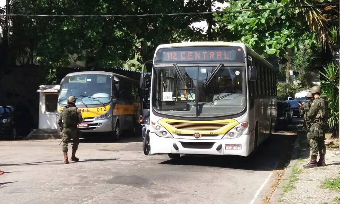 Ônibus passa por blitz de militares Fabiano Rocha / Agência O Globo