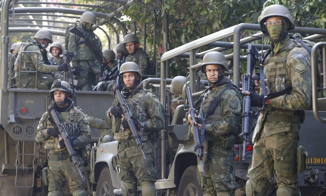 Miliatres do Exército durante operação na Rocinha Fábio Guimarães / Agência O Globo
