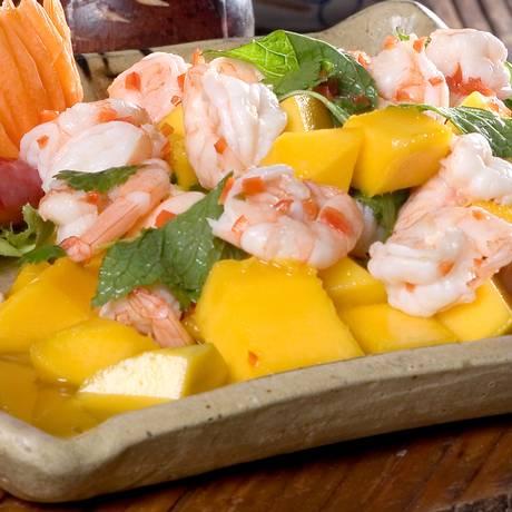 Salada de camarão com manga tem tempero tailandês Foto: Divulgação