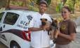 Guardas municipais com os cãezinhos batizados pelo público