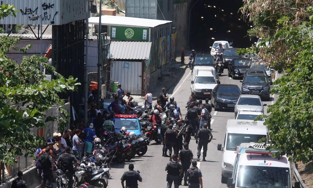 Manifestação de mototaxistas em frente à Rocinha Foto: Fabiano Rocha / Agência O Globo