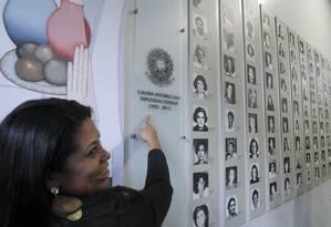 Painel com as fotos de todas mulheres eleitas deputadas desde que passaram a ter o direito de votar e serem votadas. No corredor de maior visibilidade da Câmara dos Deputados. Foto: Givaldo Barbosa / Agência O Globo 2015