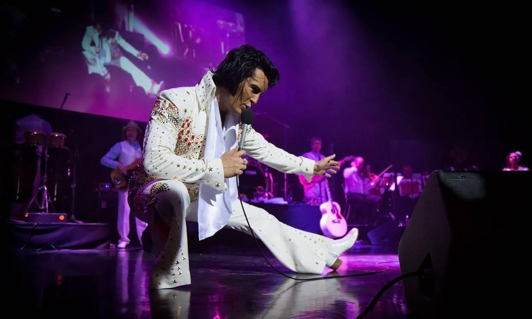 Ben Portsmouth, eleito nos Estados Unidos o melhor imitador de Elvis Presley no mundo, homenageia os 40 anos da morte do lendário cantor no espetáculo 'Elvis — The King is back'. Teatro Oi Casa Grande: Av. Afrânio de Melo Franco 290-A, Leblon — 2511-0800. Qui, às 20h30. Entre R$ 70 (balcão 3, meia-entrada) e R$ 260 Foto: Divulgação/Stuart McDowell