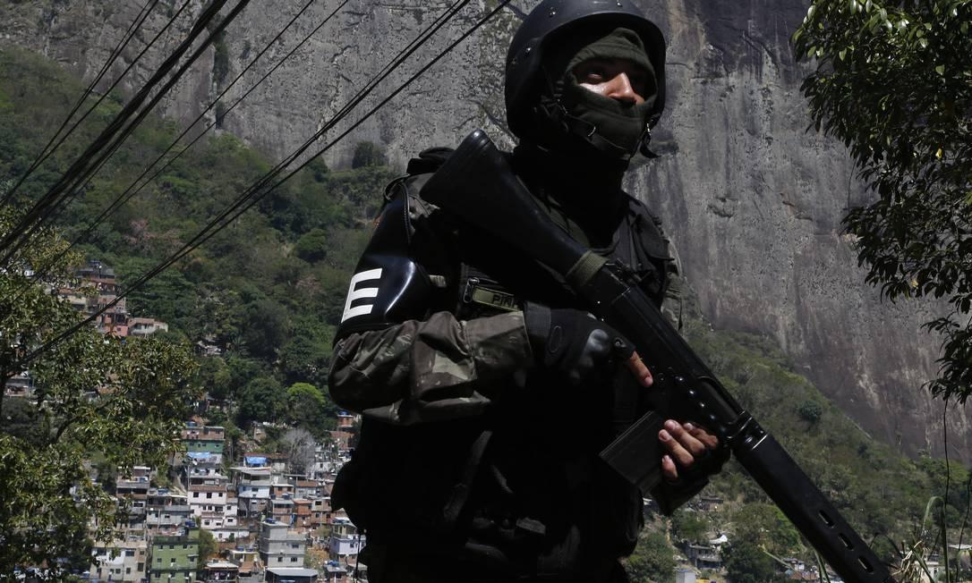 Soldado do Exercito patrulha a parte alta da Rocinha ANTONIO SCORZA / Agência O Globo
