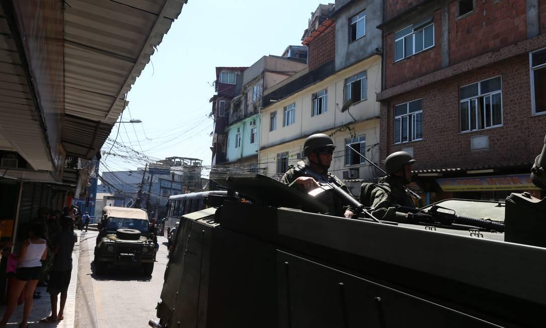 Veículos blindados no interior da favela Foto: Fabiano Rocha / Agência O Globo