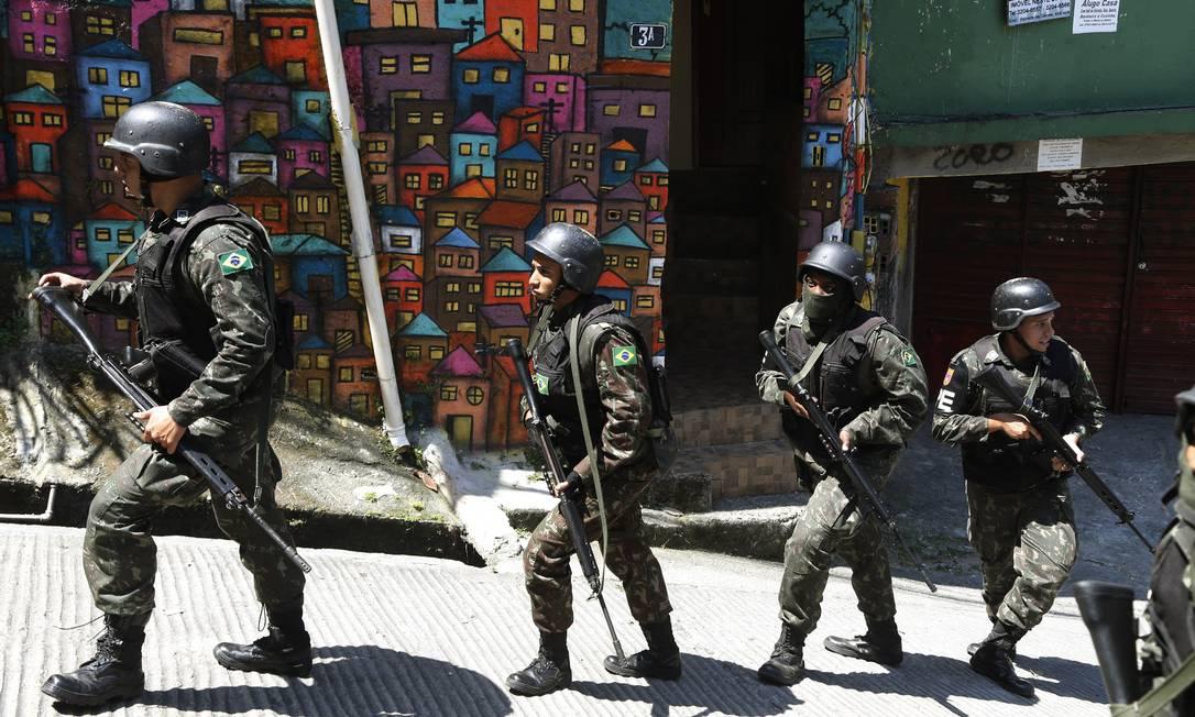 Cerca de 550 militares participam da ação de varredura ANTONIO SCORZA / Agência O Globo