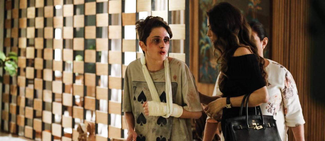 Eugenio (Dan Stulbach) e Joyce (Maria Fernanda Candido) entrando com Ivan (Carol Duarte). Zu (Claudio Mello) ali. Foto: VICTORPOLLAK / Divulgação/TV Globo