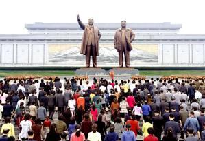 Homenagens são deixadas perto de estátuas dos fundadores da dinastia que lidera a Coreia do Norte, Kim Il Sung e Kim Jong Il, em Pyongyang Foto: KCNA / REUTERS
