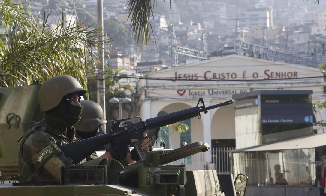 Militares do Exército em operação na Rocinha em 11/10/2017 Foto: Fábio Guimarães / Agência O Globo