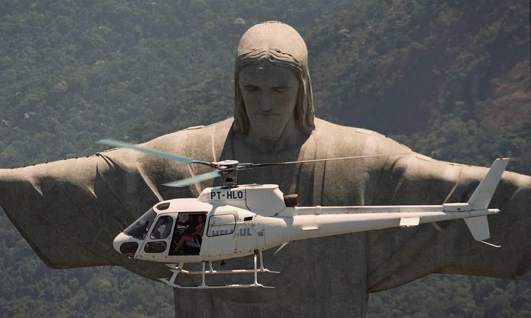 Helicóptero que leva turistas em voo panorâmico pelo Rio passa em frente ao monumento Márcia Foletto em 13/02/1997 / Agência O Globo