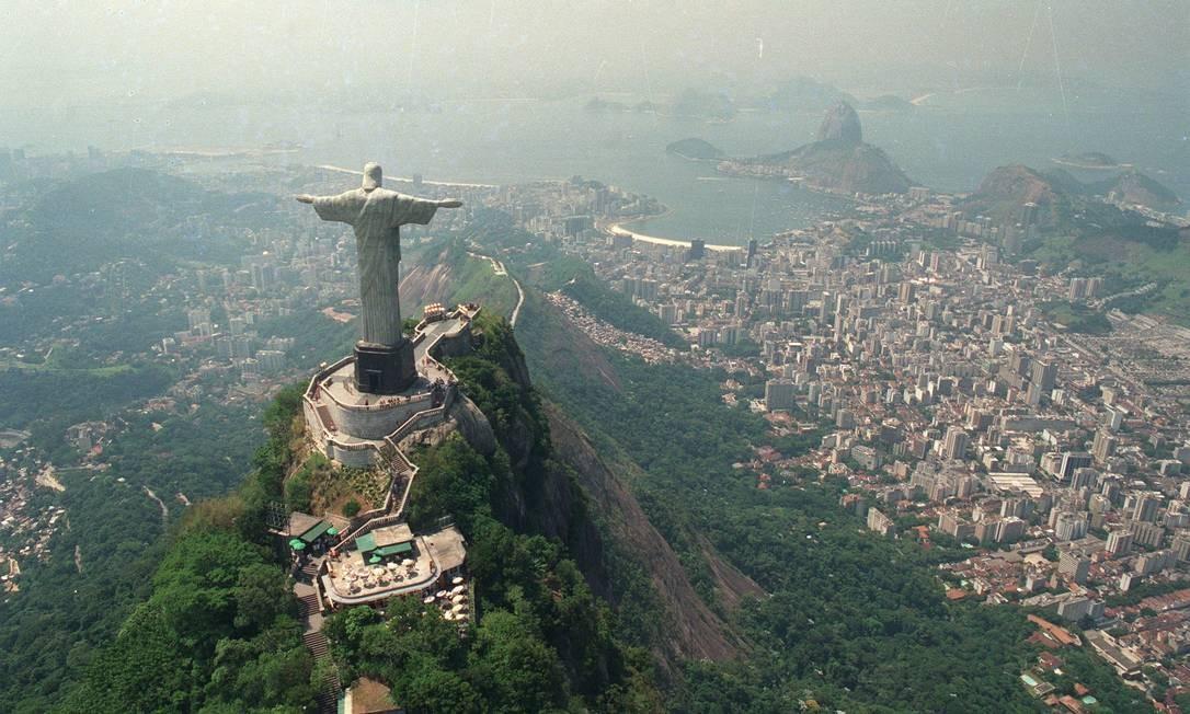 Do alto do Morro do Corcovado, a imagem do Redentor protege a cidade de São Sebastião do Rio de Janeiro Ana Branco em 23/03/1992 / Agência O Globo