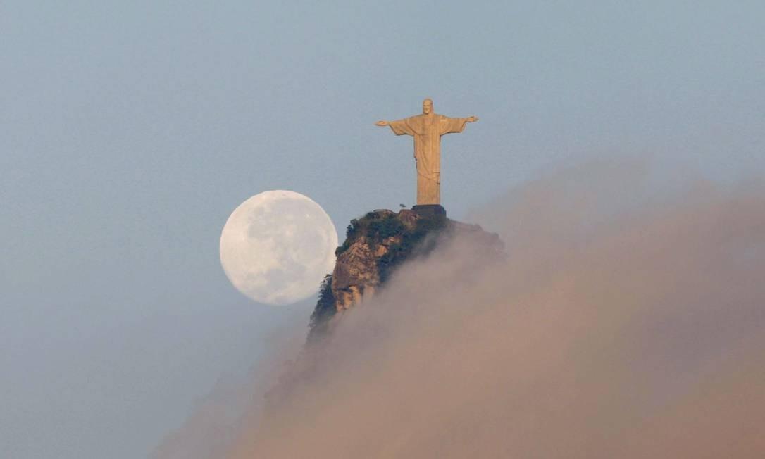 Ao lado da lua cheia, Cristo Redentor abençoa o Rio de Janeiro. Neste dia 12 de outubro, monumento celebra 86 anos de inauguração Custódio Coimbra em 06/06/2008 / Agência O Globo