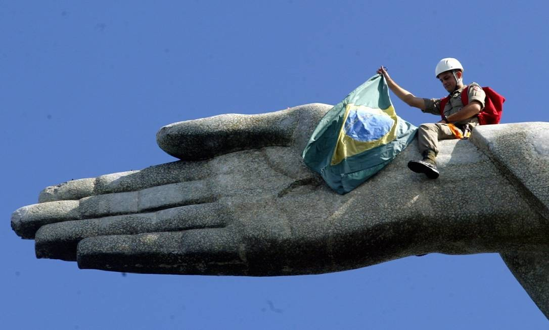 Bandeira brasileira é levada para a mão do Cristo nas comemorações pelo Dia Mundial do Meio Ambiente, em 05/06/2005 Gabriel de Paiva / Agência O Globo