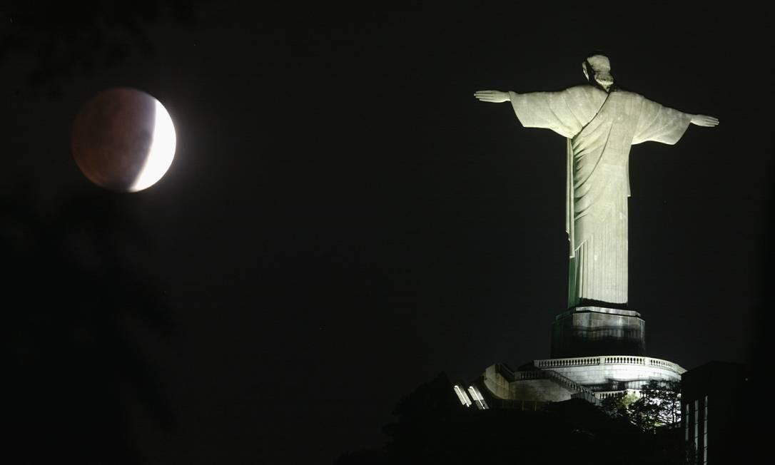 Eclipse lunar é flagrado ao lado do Cristo Redentor em 04/05/2004 Foto: Custódio Coimbra / Agência O Globo