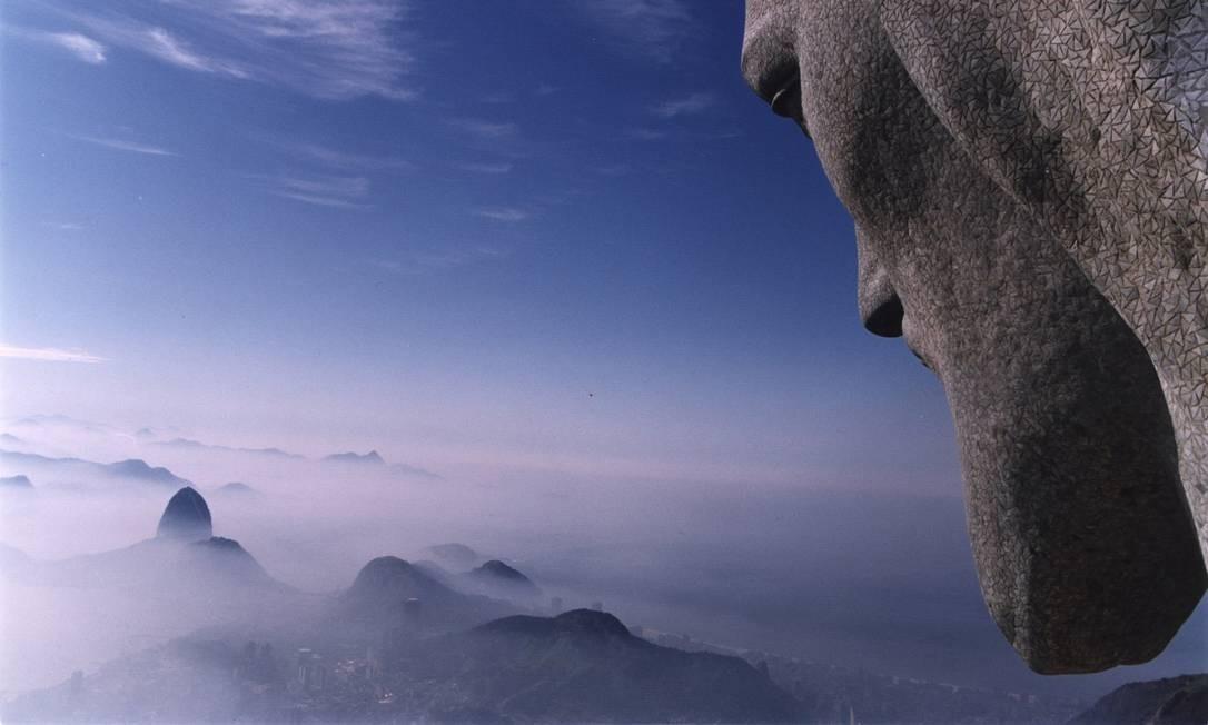 O Cristo Redentor olha para a Cidade Maravilhosa. Sob as nuvens, o Pão de Açúcar Foto: Marcos André Pinto em 21/04/2000 / Divulgação