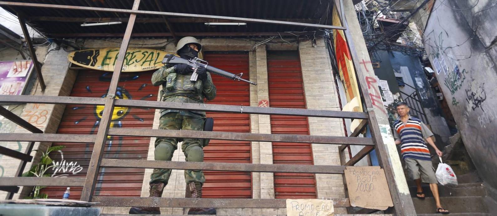 Militar em patrulha na Rocinha Foto: Pablo Jacob / Agência O Globo