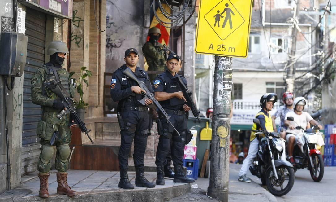 Eles buscam armas, munição e explosivos Pablo Jacob / O Globo