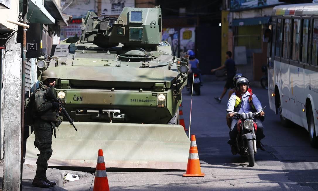 Segundo o Porta-Voz do CML, Coronel Roberto Itamar, os militares estão equipados com detectores de metais, aparelhos operados pelas equipes de engenharia militar Pablo Jacob / Agência O Globo