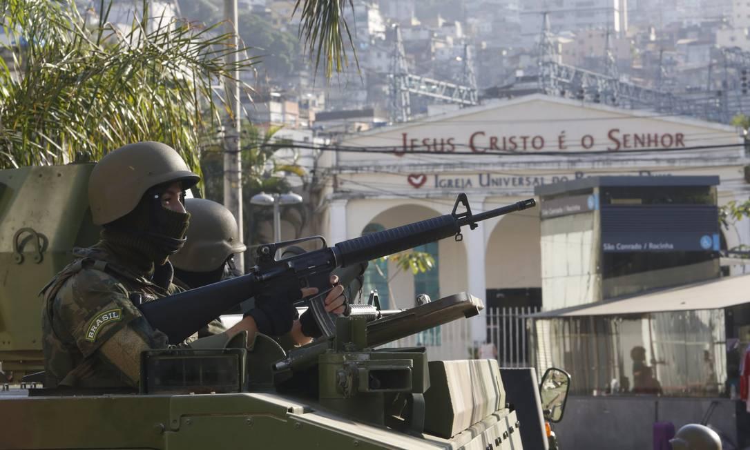 Além dos acessos à Rocinha, os militares também estão posicionados em vias importantes de bairros que dão acesso à comunidade, como São Conrado Fábio Guimarães / O Globo