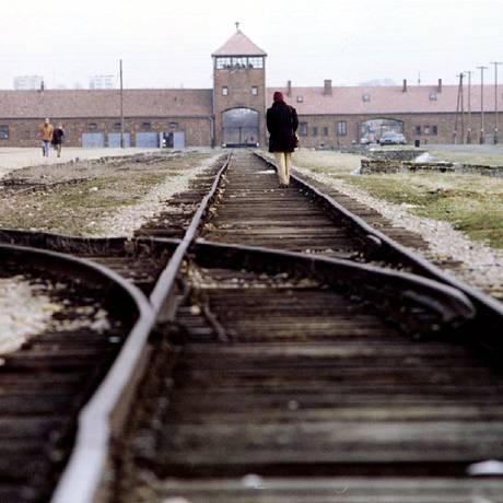 Trilhos seguem para Auschwitz-Birkenau, o campo de extermínio do complexo de Auschwitz Foto: Reinhard Krause / REUTERS