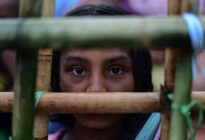 Refugiada no campo de Thyangkhali, em Bangladesh: mulheres e meninas representam maioria nesses locais Foto: MUNIR UZ ZAMAN / AFP